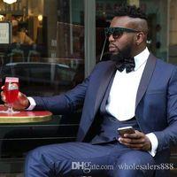 corbata de raso azul al por mayor-Un botón de padrinos de boda Azul marino Novios Trajes de esmoquin Negro Satén de solapa Hombres Trajes de ventilación lateral Boda / Baile de graduación Mejor hombre (chaqueta + pantalón + corbata + chaleco) L7