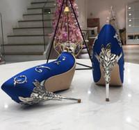 marineblau brautparty schuhe großhandel-Dunkelblaues Metall mit Filigran geschmücktes Blattdekor Damen Pumps Mehrfarbig Hochzeit Brautschuhe Seiden-Eden-Heels-Schuhe für die Hochzeit am Abend Party Prom Schuhe
