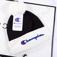 sıcak spor toptan satış-Marka Kasketleri Şampiyonu Pom Şapka Kadın Erkek Tasarımcı Renk Maç Kış Sıcak Kafatası Kapaklar Trendy Moda Tığ Şapka Kayak Spor Beanie Kap C9601