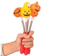 juguete de calabaza de plástico al por mayor-Halloween creativo Sonrisa Calabaza cabeza Flash stick pequeño diablo Lámpara operada a mano Juguetes populares de plástico Naranja 1 55fz k1