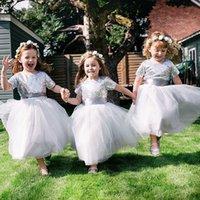 невесты маленькое серебряное платье оптовых-A-Line с короткими рукавами Серебряное платье для девочек с блестками Длина чая Маленькая девочка подружки невесты Свадебные платья для вечеринок на день рождения
