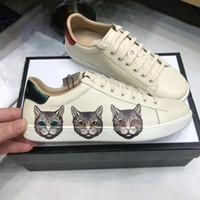 sapata lisa do gato venda por atacado-2019 Couro Genuíno Gato Flats Designer Tênis Das Mulheres Dos Homens Clássicos Sapatos Casuais ACE Couro Branco com Verde Vermelho Web Ouro Fio-bordado