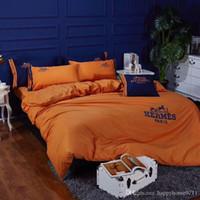 blaue seide tröster sätze großhandel-Designer Klassiker bestickte Baumwollbettwäsche Heimtextilien 4 Stück 1 Set Urlaub Familie Freunde Geschenk Bettwäsche Lieferungen 2020