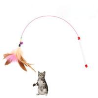 suministros de palo al por mayor-Teaser de gato Diseño lindo Palos de plumas de ave Juguetes Gatos Divertido juguete Tenacidad con campanas de colores Suministros para mascotas Varita para gatito