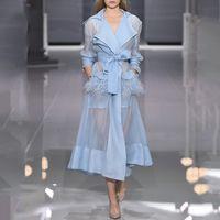 langer weißer camis großhandel-Luxus-Designer-Trenchcoat für Frauen Runway Sexy V-Ausschnitt Straußenfeder Organza Dünn Weiß Blau Lange Trenchcoat Mit Camis