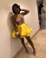 sarı balo bir omuz toptan satış-Muhteşem Sarı Mezuniyet Elbiseleri Kısa Mini Bir Omuz Uzun Kollu Aplikler Boncuklu Katmanlı Saten Tül Balo Abiye See Through