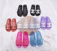 zapatos brillantes al por mayor-Nuevos Mujeres y hombres Zapatillas transparentes 2019 Negro brillante transparente Mulas de piscina Diapositivas Verano PVC Sandalias de cristal zapatos femeninos mulas trans