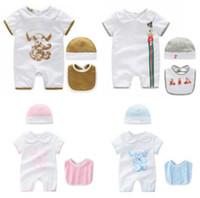 ingrosso vestiti del pagliaccetto del neonato-Stampa Etichetta di design Pagliaccetti Neonati maschi e femmine Pagliaccetto per neonato Abbigliamento per neonato Tuta + Cappello + Bavaglino Abbigliamento per neonati