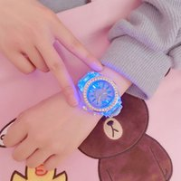 nuevos modelos de luces led al por mayor-Luz led Tendencias de la personalidad estudiantes amantes gelatinas mujer relojes de hombre reloj de pulsera Niza Nuevo modelo de moda Reloj de mujer con Diamon
