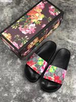 kutu b toptan satış-2019 Lüks Tasarımcı Mens Womens Yaz Sandalet Plaj Slayt Rahat Terlik bayanlar Konfor Ayakkabı Baskı Deri Çiçekler Arı Ile 36-46 kutu
