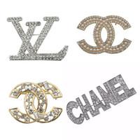 yapay elmas giyim toptan satış-Yeni Varış Tasarımcı Broşlar Ünlü Mektubu Lüks Broş Rhinestone Korsaj Broş Pin Kadın Giyim Dekorasyon Moda Takı