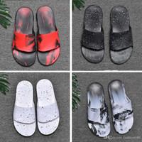 zapatillas grises de hotel al por mayor-Nike Slippers Con la caja 40-45 Marca Moda Cojín Zapatilla Verano Playa Calle Casual Exterior Interior Hombres Negro Blanco Rojo Gris Zapatillas Sandalias chanclas