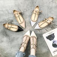 kırmızı kadın ayakkabıları toptan satış-Kadın 2019 Kore Versiyonu Yeni Tür Öğrenci Perçin Düz taban Ayakkabı Sığ Ağız Kalitesi ile Tek Ayakkabı Kadın Net Kırmızı Kadın Ayakk ...