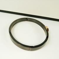 gegenzubehör großhandel-Neuer Stil Klassisches europäisches Titan-Stahlarmband Handschmuck Bangle Black CC-Modeaccessoires für Thekengeschenke