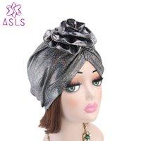 yeni kapaklı kapaklar toptan satış-Yeni moda Kadınlar Zarif Çiçek Turban shinny ipek şapka Kanseri Kemo Kapaklar Beanies Müslüman Turbante Parti Başörtüsü şapka