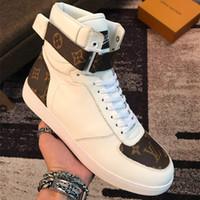 botas de deserto dos homens venda por atacado-2019 mens designers sapatos homens botas martin bota deserto flamingos flecha de amor medalha 100% couro real grosso sapatos de inverno