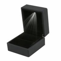 luces led en caja al por mayor-Luces de empaquetado iluminadas LED del anillo del pendiente de la caja de regalo que se casan exhibición de la joyería negra
