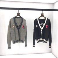ingrosso v maglia maglione maglia modello-Modello Cardigan con scollo a V Lettera Maglione Cardigan a righe Uomo Knit delle donne Distintivo maglione 2019 autunno inverno del rivestimento dei nuovi QQ8