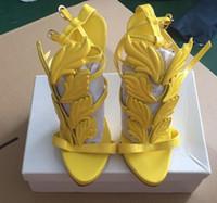 yaprak topuklu toptan satış-Kardashian Kadınlar Süet Zalim Yaz Cilalı Altın Metal Yaprak Pompaları Kanatlı Gladyatör Sandalet Yüksek Topuklu Ayakkabı Orijinal Kutusu Ile