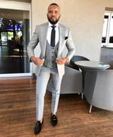 en iyi erkekler resmi takım elbiseleri toptan satış-2019 Yeni Gümüş Üç Adet Düğün Smokin Örgün Düğün Için Akşam Balo Balo Klasik Fit Doruğa Yaka Damat Erkek İyi Erkek Suits