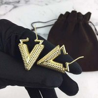 schöne ohrringe für mädchen großhandel-High End Frauen Ohrringe Gelbgold Überzogene Buchstaben Ohrringe für Mädchen Frauen für Party Hochzeit Nizza Geschenk