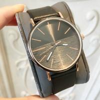 sehen preis japan großhandel-Heiße Einzelteile 2019 Spitzenmarken-Mann-Leder-Uhr-berühmter Entwerfer 5 färbt schwarzes Japan-Bewegungs-Luxusquarzuhr-Großhandelspreis-Tropfenverschiffen