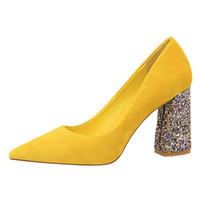 ce1ef235f 2019 Feminino 8 cm de Alta Saltos de Glitter Bloco Bombas Senhoras Sexy  Chunky Tacones Saltos Mulher Scarpin Elegante Festa de Casamento Sapatos  Amarelos