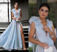 derin gökyüzü mavi balo elbiseleri toptan satış-Işık Sky Blue Şifon Gelinlik A Hattı Yüksek Yan Bölünmüş Ruffles Derin V Boyun Seksi Ünlü Parti Abiye giyim A Hattı Durum törenlerinde