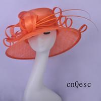 sombreros de iglesia naranja al por mayor-2019 Naranja Mujeres vestido formal sombrero sinamay fascinator sombrero iglesia sombrero para boda despedida de soltera madre de la novia con columna vertebral de orstrich