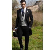 trajes de etiqueta negro esmoquin al por mayor-Trajes de boda mañana Estilo Negro Hombre Tailcoat novio esmoquin pico solapa esmoquin padrinos de boda para hombre (chaqueta + pantalones + chaleco)
