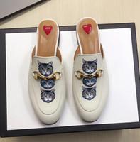 sapata lisa do gato venda por atacado-Sapatos Lefu 2019 Verão Gato Impresso Sola Lisa Metade chinelos De Couro Permeável Um pé Preguiçoso Botão Laço Do Cavalo Lazer Sandálias de Lazer