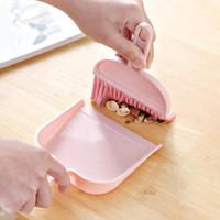 pequeño cepillo recogedor al por mayor-1 juego Mini cepillo de limpieza para barrido de escritorio Escobilla pequeña Escoba Conjunto Plástico rosado y azul Escobas barredoras