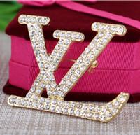 kostüm broaches großhandel-Kristall Strass Brief Brosche Modeschmuck Kostüm Dekoration Brosche Berühmte Designer Anzug Anstecknadel für Frauen Schmuck Zubehör