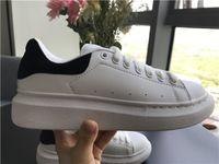 zapatillas con cordones para mujer al por mayor-Zapatos casuales negros con cordones Diseñador Comfort Pretty Girl Mujer Zapatillas de deporte Zapatos de cuero casuales Hombres Zapatillas de deporte para mujer Estabilidad extremadamente duradera