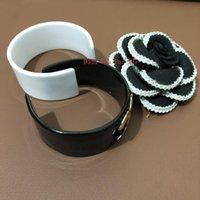 weiße metallarmbänder großhandel-2019 Neue Mode acryl armbänder metall logo mode-accessoires mode symbol manschette Luxus armreif schwarz oder weiß farbe party geschenk