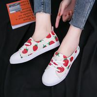 zapatos de lona de boca baja y baja al por mayor-Zapatos de vulcanización para mujer Zapatos de lona clásicos de boca baja para mujer Zapatillas de deporte con cordones y corte bajo con cordones Zapatillas de moda con estampado de fresa