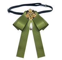 eski kameo iğneler toptan satış-Toptan Sıcak satış Bow Tie Vintage Cameo Lady Başkanı Diamod Kurdele Püskül Broş Şık Kız Şık Kostüm Takı Yaka Pin Kız Cravat
