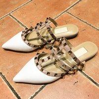 sandálias de casamento plana venda por atacado-Novo design cinto de patentes sapatos plana couro moda rebites sandálias senhoras apontou casamento shoesC06 Casual vestido dos Namorados