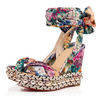 siyah çiçek topuklu ayakkabılar toptan satış-Yaz Ünlü Markaların Kırmızı Alt Levantinana Kama Sandal Kama Çiçek Baskılı, Siyah Ayak Bileği Kayışı Takozlar Kadınlar Yüksek Topuklu Parti Düğün