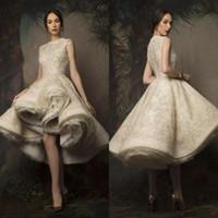 vestidos de noiva curto inchado venda por atacado-Alta Low Inchado Vestidos de Casamento 2019 Jewel Neck Lace Lantejoulas Curto Vestido de Noiva Ruched Organza Vestidos de Noiva