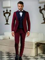 koyu kırmızı pantolon erkekler toptan satış-Yeni Groomsmen Koyu Kırmızı Damat Smokin Tepe Lacivert Yaka Erkek Takım Elbise Düğün İyi Adam Damat (Ceket + Pantolon + Yelek + Kravat) L54