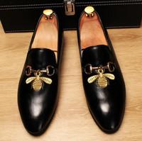 bräutigam männer schuhe weiß großhandel-Echtes Leder Herren Schuhe Herren Oxfords Stickerei Bienen Business Kleid Schuh für Männer schwarz weiß Bräutigam Schuhe Hochzeit Party Schuhe