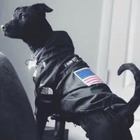 ropa lluvia perros al por mayor-Americana calle bandera de la manera del viento y la lluvia perros norte correa Sup perro grande mascotas ropa del suéter Collares K12