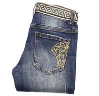 satılık kaplıca kaynağı toptan satış-2019 ilkbahar ve yaz erkek Skinny jeans işlemeli delik ince Moda Tasarımcısı Düz Ripped Yıkanmış Kot Rahat Pantolon Sıcak satış Mens
