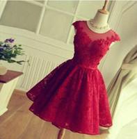 vestidos vermelhos simples venda por atacado-Uma linha rodada Sheer Neck Curto Red Lace Prom Dress mangas vestido de dama de honra Simples Na altura do joelho oco de volta com Lace-up Vestidos Homecoming