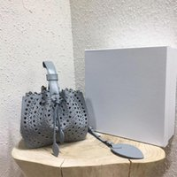 bolsos de cuero tallados al por mayor-2018 verano nueva moda bohemio vacaciones viento cuero hueco bolso femenino, bolso de cubo de cuero tallado láser