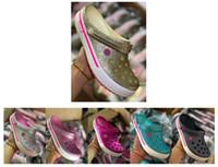 sandalias de mujer de oro negro al por mayor-Sandalias de verano para mujer de diseñador barato Zapatillas de playa Deslizadores para mujer Zapatos de dragón de diseñador rojo negro oro plata color tamaño 36-39