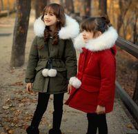 chaqueta roja de invierno para niñas al por mayor-Nuevos niños Chaquetas de invierno para niñas Prendas de abrigo Cuello de piel sintética Abrigos con capucha Cálido Algodón Parkas con cinturón Ejército Verde Rojo