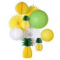 abanicos de papel amarillo al por mayor-(Amarillo, verde, blanco) Juego de decoración de fiesta de verano Piña de nido de abeja, Linterna de papel / Ventiladores / Bolas Luau Beach Tropical Party Telón de fondo