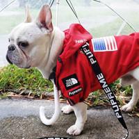 ropa lluvia perros al por mayor-Bandera americana moda callejera viento y lluvia norte correa para perros Sup grande Ropa para mascotas Collar para suéter